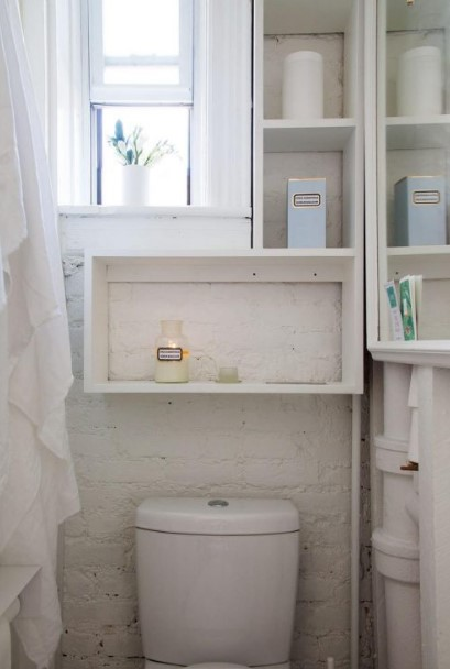 Tiny intense and airy bathroom with a white brick wall